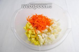 Выложить подготовленные продукты в глубокую посуду.