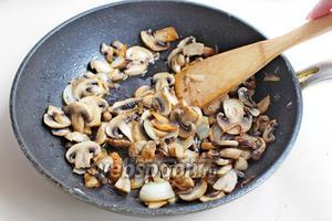 300 г шампиньонов нарезать на пластины и обжарить на растительном масле (1 ст. л.), посолить и поперчить.