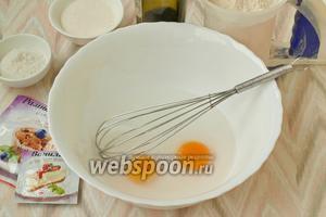 Белки 2 яиц отделить от желтков и убрать в холодильник. Желтки поместить в миску, добавить к ним 250 мл воды.