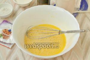 При помощи венчика хорошо размешать желтки с водой до появления пены.