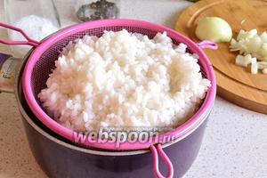 Рис (0, 75 стакана) отвариваем до полуготовности. Воду сливаем и даём немного остыть и обсохнуть.