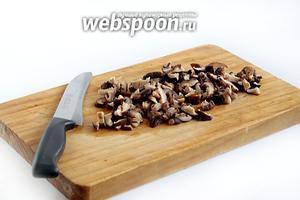 40 г грибов нужно залить кипятком, промыть и слить кипяток. Залить новой порцией кипятка и оставить для набухания на несколько минут. Затем размягчённые грибы мелко нарезать и опустить в кастрюлю с кипящей водой, влив грибной настой. Если будет образовываться серая пенка, то её нужно снимать.