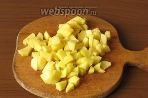 Нарезаем почищенный картофель (3 штуки).
