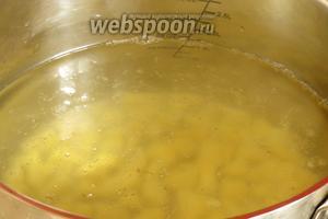В кипящую воду (1,8 л) закладываем картофель. Уменьшаем огонь.