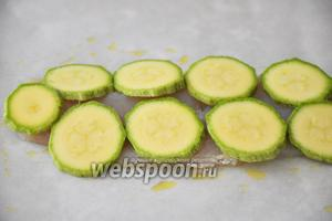 1 цукини нарезать тонкими кружочками и выложить на   рыбное филе.