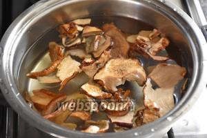 20 г сушёных грибов замочить в тёплой воде на 30 минут, затем хорошо промыть. Отварить в подсоленной воде.