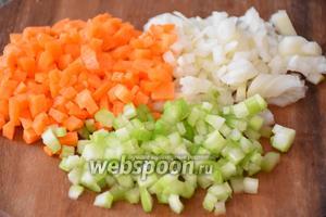 1 морковь, 1 лук и 2 стебля сельдерея нарезать мелкими кубиками.