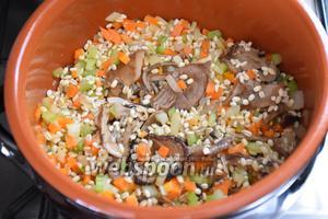 Добавить грибы, влить 125 мл вина и дать ему полностью выпариться.