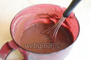 Разогреем 300 мл сливок для крема и добавим шоколад (200 г). Размешаем, поставим в холодильник на часа 2.  Масса густеет потом.