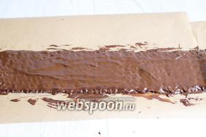 Растопим 200 г шоколада в микроволновке. Наливаем его на плёнку и размазываем . Дадим немного застыть и обворачиваем бока торта.
