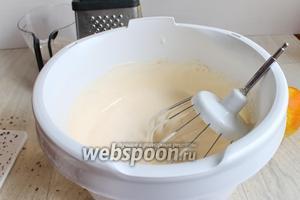 Белки взбиваем очень хорошо, добавляем частями сахар (150 г), далее добавим по 1 желтку. Вот такая масса будет.