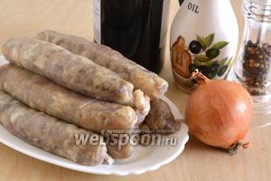 Подготовьте необходимые ингредиенты: сырые колбаски (разморозить, если был замороженные), лук, вино, оливковое масло, соль и перец. Разогрейте духовку до 190°С.