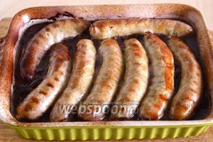 Готовые колбаски подавайте к столу в горячем виде вместе с получившимся винно-луковым соусом. Приятного аппетита!