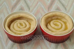 В каждую формочку положить по 2 столовых ложки начинки. Для меньших булочек будет естественно меньше. Прямо на начинку выложить жгутики по форме спирали. Оставить булочки на расстойку на 20 минут.