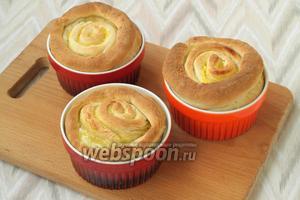 Нагреть духовку до 180°С и печь булочки 20-25 минут. Когда булочки немного остынут, вынуть их из формочек, остудить на решётке под полотенцем. Затем булочки посыпать сахарной пудрой по своему вкусу. Приятного аппетита!