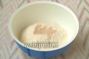 В миске смешать 500 г муки с 60 г сахара, дрожжами (7 г) и солью (0,5 ч. л.).