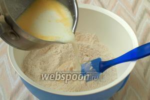 Вылить молоко в сухую смесь.
