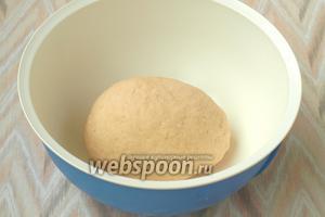 Замесить мягкое, нелипнущее тесто. Тесто прикрыть полотенцем и отправить на 2 часа в тёплое место.