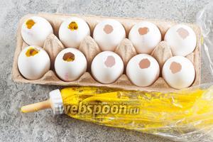 Через толстую «иглу» для кондитерского шприца или через узкую дырку в полиэтиленовом пакетике заполняем яйца разноцветным тестом. Я экспериментировала с разным количеством, оптимально — 1/4 теста расходится на 3 яйца, меньшее количество яйцо до конца не заполняет. Можно выливать разноцветное тесто слоями (это я с остатками попробовала) — тогда яйцо получится полосатым.