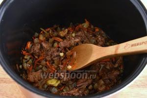 По окончании программы, добавьте к поджаренным овощам 200 г тушёнки и нарубленный чеснок (3 зубчика).