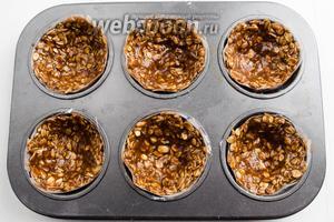 Разложить массу по формочкам, равномерно распределяя толщину слоя. Поставить в горячую духовку. Выпекать корзиночки в течение 25-30 минут при температуре 180°С.