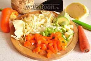 Все овощи, кроме помидор, чеснока и зелени моем, чистим и режем. 1 морковь и 100 г капусты режем соломкой, 30 г корня сельдерея, 1 стебель сельдерея, лук (0,5 шт.) — мелким кубиком, 30 г баклажан, перец (0,3 шт.) и 30 г кабачка — крупным кубиком.
