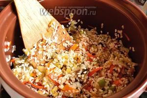 Затем к овощам добавить 1,5 стакана хорошо промытого риса, перемешиваем и обжариваем ещё 2 минуты всё вместе.