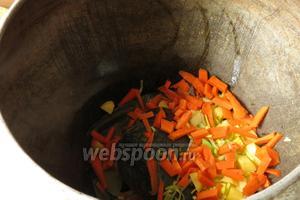 Закладываем овощи.