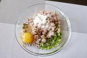 Смешиваем нарубленные лук и петрушку с 1 яйцом, крахмалом и рыбным фаршем. Солим и перчим.