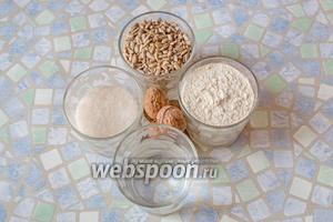 Для приготовления халвы возьмите семечки подсолнечника очищенные, муку, воду, сахар, грецкие орехи.