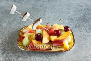 По ходу нарезки вываливаем остальные фрукты поверх арбуза, сервируем с пикой-вилкой. Хорошего вам пляжного настроения!
