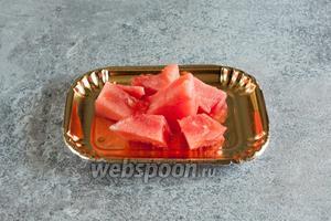 Арбуз укладывается в основу салата, всё остальное просто насыпается поверх него.