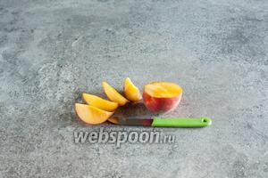 От персика отрубается половина, режется на 4 дольки.