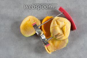 Режем манго и извлекаем из него мякоть. Несколько маленьких кусочков можно оставить для сервировки.