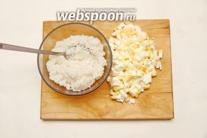 Яйца и рис отварить. Яйца порезать небольшими кусочками.