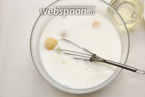 В миску вылить молоко, добавить яйца и взбить венчиком.