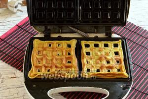 Разогреть вафельницу, смазать пластины подсолнечным маслом. Половину смеси вылить в 2 ячейки. Закрыть крышку. Готовить 2 минуты.