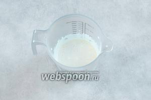 Желтки взбиваем с сахаром в белую пену.