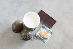 На 2 порции нам потребуются 2 маракуйи, 200 мл сливок для взбивания, пакетик ванильного сахара и незначительное количество шоколада. Поскольку крем по этому рецепту получается негладкий, его лучше чем-нибудь посыпать. Авторы рекомендуют тёртый шоколад, миндаль «лепестками», кокосовую стружку, зёрна граната, малину, или шоколадный или малиновый соус.