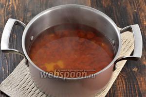 В кастрюлю выложить подготвленный шиповник, лимонную кислоту, сахар и воду. Довести до кипения, убавить огонь и готовить под крышкой 15 минут.