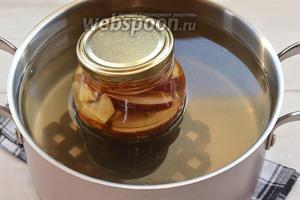 Выложить банки в кастрюлю с кипящей водой, прикрыть крышками и стерилизовать 15 минут.