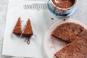 Поливаем каждый кусок торта жидким шоколадом.