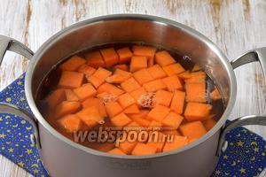 Опустить подготовленную тыкву в кипящую воду с сахаром и проварить под крышкой на слабом огне 12-15 минут.
