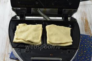 Пластины бутербродницы разогреть и слегка смазать подсолнечным маслом.