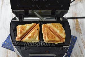 Если хотите приготовить слойки без начинки — тоже очень вкусный вариант получится. Для этого выложите квадратики нераскатанного слоёного теста в бутербродницу и подождите 3-4 минуты.