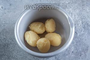 Сразу после сливания воды, чистим картошку, пока она ещё горячая.