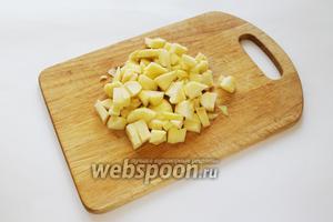 2 яблока очистить и нарезать кубиком.