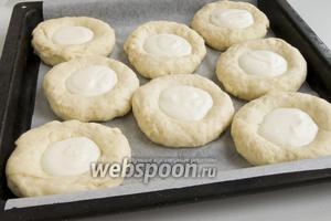 Наполните булочки приготовленной начинкой. Поставьте в духовку, предварительно разогретую до 220°С.