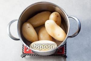 Отвариваем картошку до готовности (остриё ножа должно входить в картошку легко и плавно).