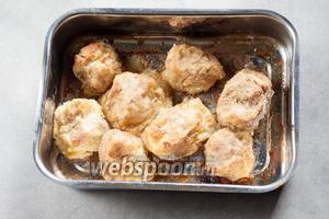 Запекаем картулипорсс в духовке на температуре 220°С, на среднем уровне 20-30 минут.